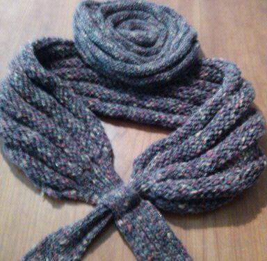 coprispalle e cappello di lana lavorati ai ferri.
