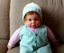 Gilet e cappellino per neonato lavorati a maglia