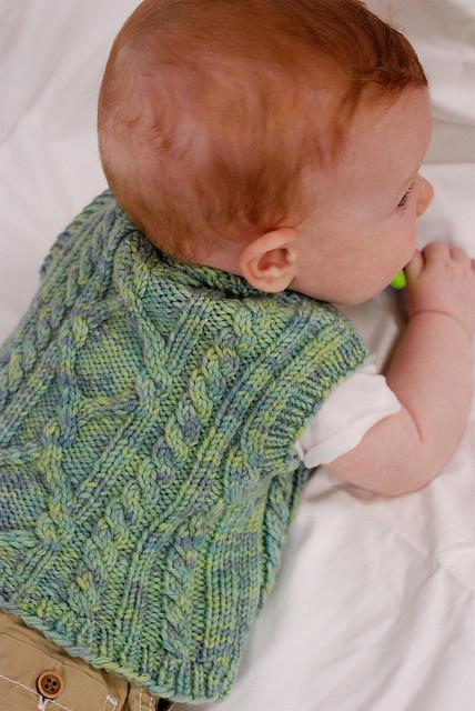 un gilet di maglia ai ferri per i nostri piccoli