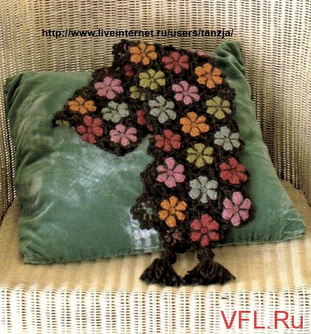 Meraviglioso sciale fiorito lavorato all'uncinetto