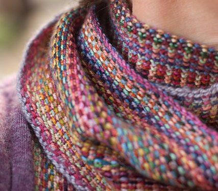 sciarpa multicolore ai ferri con un punto insolito
