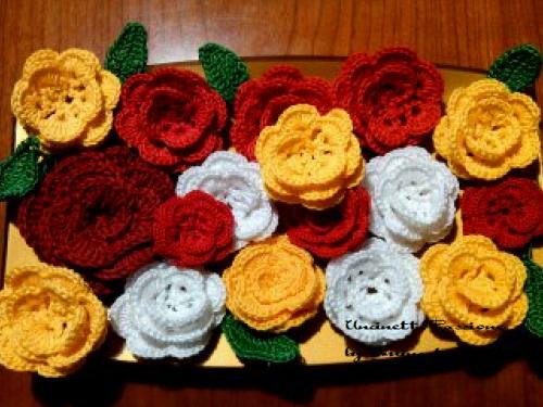 Un bel piatto di fiori all'uncinetto
