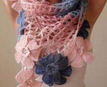 Sciarpa o coprispalle con fiori stupendi all'uncinetto