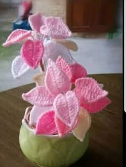 vaso con composizione di foglie lavorate all'uncinetto