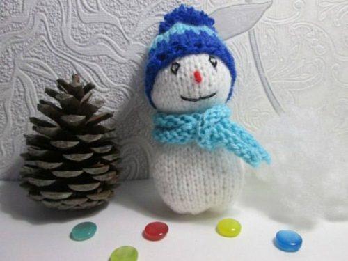 pupazzo di neve realizzato a maglia
