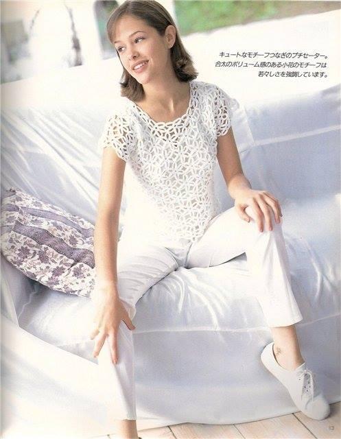 Bellissima maglietta bianca con fiori all'uncinetto