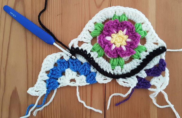 modulo ovale con un fiore centrale