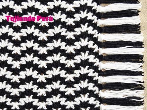 Sciarpa bicolore realizzata all'uncinetto