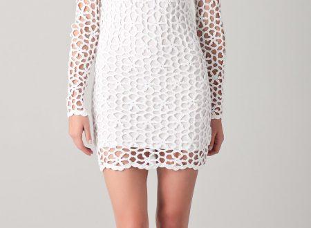 abito bianco realizzato all'uncinetto con moduli a forma di fiore