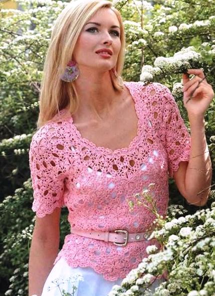 Bellissima maglietta rosa con moduli all'uncinetto