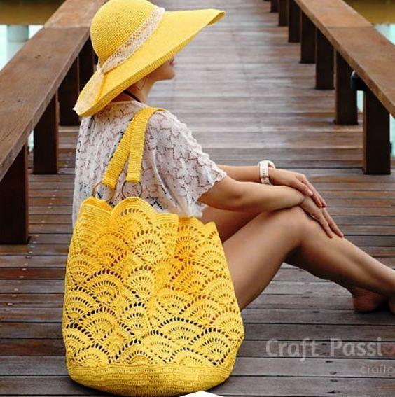 Grande borsa gialla all'uncinetto
