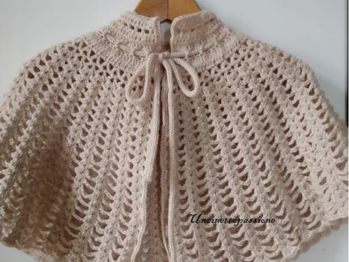 Mantellina coprisapalle di lana all'uncinetto