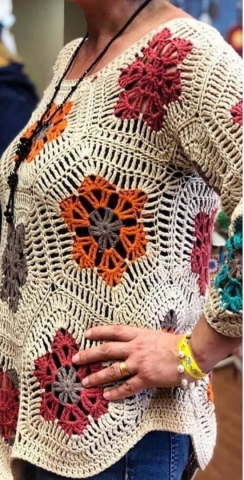 maglietta con fiore africano all'uncinetto